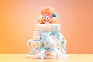 Картинка Торты Цветной фон Подарки Дизайн Кукла Бантик Грудной ребёнок Сердечко
