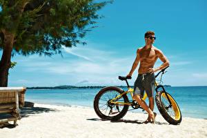 Картинки Берег Мужчины Велосипед Очки Спорт