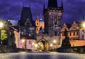 Картинки Чехия Прага Дома Мосты Дороги Скульптуры Карлов мост Ночные Уличные фонари Города