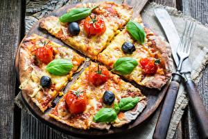 Фотография Быстрое питание Пицца Ножик Овощи Вилка столовая Доски Базилик душистый Продукты питания