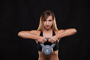 Обои Фитнес На черном фоне Физическое упражнение Руки Гантели Смотрит Девушки Спорт