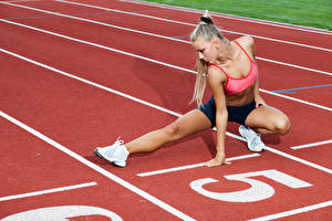 Картинка Фитнес Блондинка Тренировка Ноги Старт Девушки Спорт