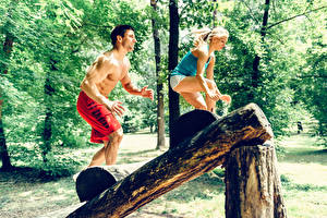 Картинки Фитнес Мужчины Тренировка Блондинка 2 Бревна Спорт Девушки