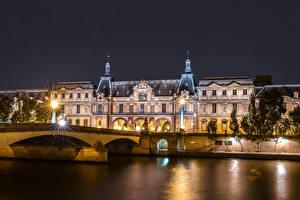 Фото Франция Дома Речка Мосты Париж Дворец Ночные Уличные фонари Louvre Города