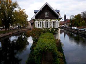 Картинки Франция Страсбург Дома Водный канал Кусты