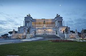 Картинка Италия Рим Здания Вечер Скульптура Городская площадь Газоне Piazza Venezia
