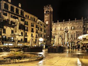 Картинка Италия Верона Дома Фонтаны Скульптуры Уличные фонари Ночные