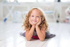 Картинки Девочки Смотрит Руки Дети