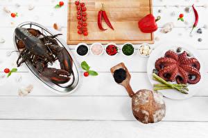 Картинка Омары Морепродукты Приправы Перец Томаты Доски Разделочная доска Пища