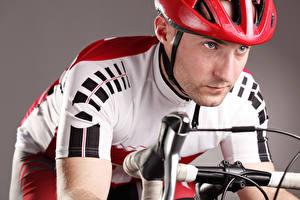 Фотографии Мужчины Велосипедный руль Шлем Спорт