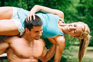 Картинки Мужчины Фитнес 2 Блондинка Счастье Майка Девушки Спорт