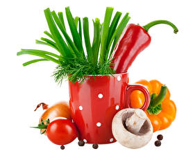 Обои Грибы Перец Помидоры Лук репчатый Овощи Укроп Белый фон Еда картинки