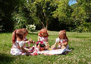Фотографии Парки Кукла Девочки Сидит Трава Grugapark Essen Природа