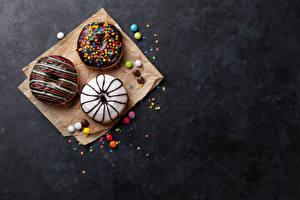 Картинки Выпечка Пончики Шоколад Конфеты Втроем