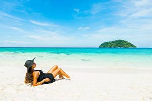 Фотографии Море Пляж Шатенка Шляпа Девушки