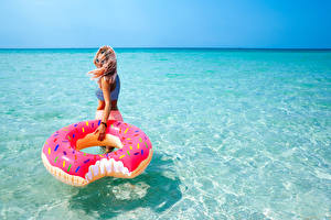 Обои Море Вода Блондинок Очки молодые женщины