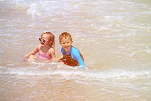 Фотография Море Вода Двое Мальчики Девочки Очках Счастливые ребёнок