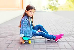 Картинка Роликовая доска Девочки Сидящие Смотрит Рубашка Джинсы Ребёнок