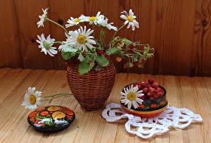 Обои Натюрморт Букеты Ромашки Земляника Ваза Пища Цветы