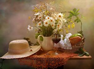 Картинки Натюрморт Букеты Ромашки Вино Хлеб Ваза Шляпа Бокалы Стол Цветы