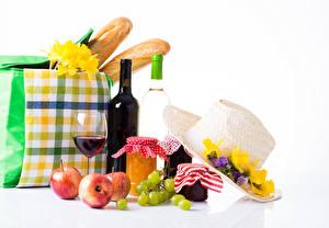 Обои Натюрморт Фрезия Варенье Виноград Яблоки Вино Сумка Хлеб Белый фон Банка Бутылка Бокалы Еда картинки