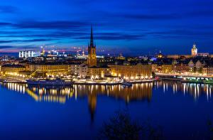 Картинки Швеция Стокгольм Дома Реки Причалы Корабли Ночь