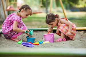 Фотографии Игрушка Двое Девочки Песке Играет ребёнок