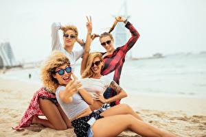 Фотографии Пляж Блондинка Очки Счастье Сидящие Селфи Девушки
