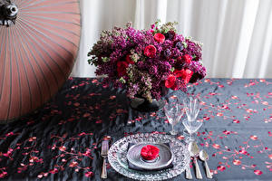 Картинки Букет Сирень Розы Тарелка Рюмка Вилка столовая цветок