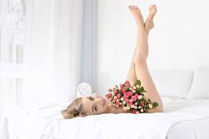 Картинка Букеты Розы Блондинка Ноги Девушки