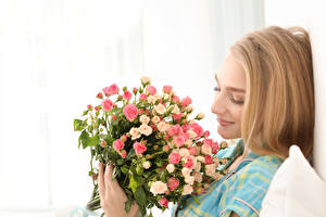 Картинки Букеты Розы Белый фон Блондинка Улыбка Девушки