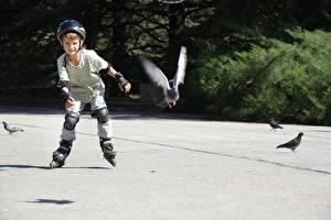 Обои Мальчики Шлем Роликовые коньки Ребёнок