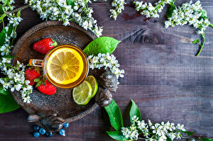 Обои Цветущие деревья Чай Клубника Лимоны Доски Ветки Чашка Продукты питания