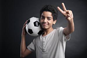 Картинки Футбол Пальцы Серый фон Мяч Мальчики Спорт