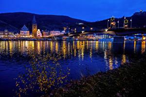 Картинка Германия Дома Речка Мосты Ночь Уличные фонари Moselle