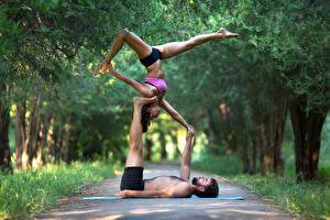 Фотографии Гимнастика Мужчины Двое Ноги Рука спортивный Девушки