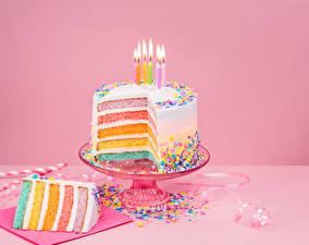 Фотография Праздники Сладкая еда Торты Свечи Конфеты Цветной фон Кусок Еда