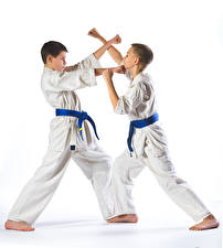 Обои Белый фон Мальчики Двое Физические упражнения Руки Униформа Karate Дети