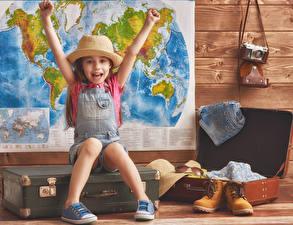 Картинки Девочки Радость Шляпы Руки Чемоданы Ботинка Фотокамера ребёнок