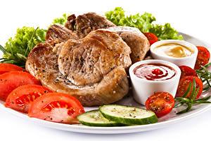 Фотография Мясные продукты Овощи Белым фоном Кетчупом Пища
