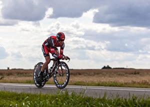 Фото Мужчины Велосипед Физические упражнения Униформа Шлем