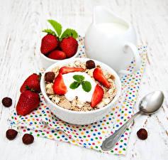 Обои Мюсли Клубника Молоко Орехи Доски Завтрак Кувшин Ложка Продукты питания Еда