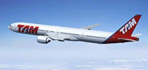 Картинки Самолеты Пассажирские Самолеты Боинг Летящий 777-300ER Авиация