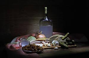 Картинка Натюрморт Алкогольные напитки Хлеб Огурцы Грибы Чеснок Бутылка Сало Рюмка Продукты питания