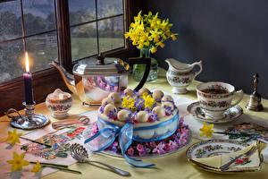 Фотография Натюрморт Чайник Напитки Свечи Торты Нарциссы Чашке Дизайн Тарелке Еда