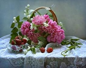 Фото Натюрморт Пионы Стрекозы Клубника Стол Ветвь Чашка Цветы Еда