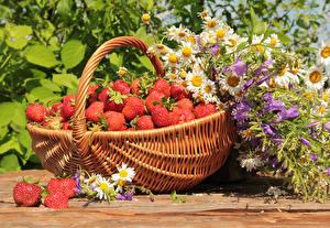 Картинки Клубника Ромашки Корзина Колокольчики Пища Цветы
