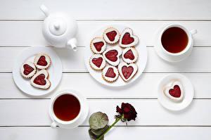 Фотографии Накрытия стола Чайник Чай Печенье Розы Доски Чашка Сердечко Тарелка Пища