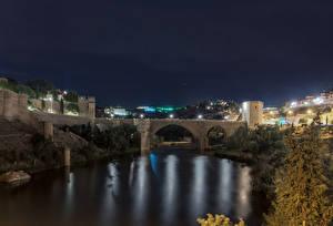Картинка Толедо Испания Здания Речка Мосты Ночные