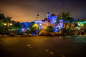 Картинка Штаты Диснейленд Парки Здания Калифорния Анахайм HDRI Дизайн Ночные Уличные фонари Ограда